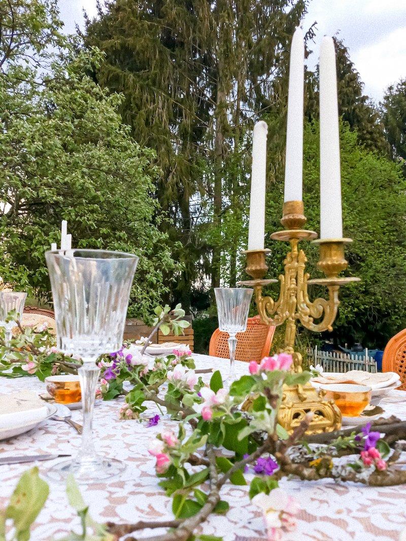 Table scénographie et design floral romantique anniversaire fille