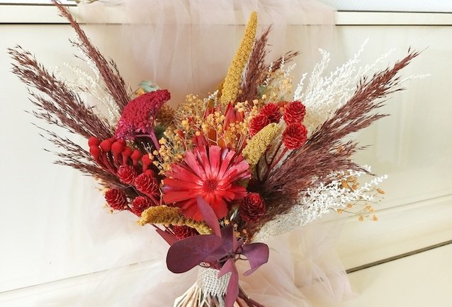 Bouquet de fleurs séchées rouges